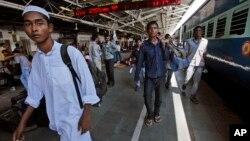 인도 방갈로어 시로 향하는 기차역에 사람들이 몰려있다. (자료사진)