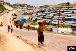 Rohingya refugees travel freely during the day at the camps in Cox's Bazar, Bangladesh, April 1, 2019 (Hai Do/VOA)