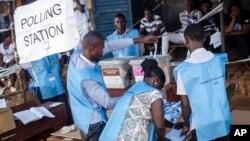 Maafisa wa uchaguzi wakihesabu kura ya kiti cha urais huko Sierra Leone