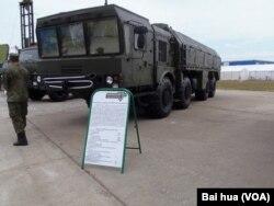 今年俄罗斯武器出口展上展出的伊斯康德尔导弹系统 (美国之音白桦拍摄)