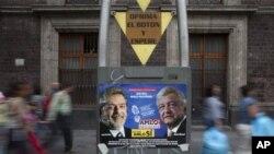 Poster kampanye pemilu presiden Meksiko bergambar capres Andres Manuel Lopez Obrador (kanan) dari partai Revolusi Demokratik (PRD), dan mantan presiden Luiz Inacio Lula da Silva, di pojok kota Meksiko (29/6).