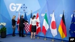 Para pekerja sedang mempersiapkan bendera negara-negara anggota G-7, saat pertemuan G-7 di Brussel, Belgia 5 Juni 2014. Menteri Luar Negeri negara-negara G-7 akan melakukan pertemuan hari Senin-Selasa ini di Tuscany Italy. (photo: AP)
