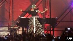 Ca sĩ Lady Gaga lên sân khấu nói chuyện trong cuộc tuần hành của người đồng tính ở Rome
