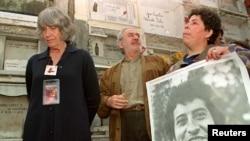 La mujer de Víctor Jara y activistas que reclaman justicia del asesinato del artista.