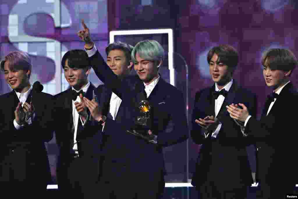 جنوبی کوریا سے تعلق رکھنے والے بینڈ بی ٹی ایس کو ان کی بہترین البم آر اینڈ بی کو ایوارڈ دیا گیا۔