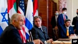 2021年10月13日,美國國務卿布林肯、以色列外交部長拉皮德(左)和阿聯酋外交部長謝赫·阿卜杜拉·本·扎耶德·阿勒納哈揚(右)在國務院舉行的聯合新聞發布會上亮相(美聯社)。
