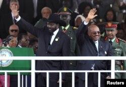 Presiden Sudan Selatan Salva Kiir (kiri) dan Presiden Sudan Omar Hassan al-Bashir melambaikan tangan kepada puluhan ribu warga Sudan Selatan yang menghadiri perayaan HUT Kemerdekaan Sudan Selatan pertama di Juba (9/7).