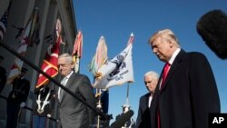 El presidente Donald Trump, junto al secretario de Defensa Jim Mattis, izquierda, y el vicepresidente Mike Pence, en el Pentágono. Enero 18, de 2018.
