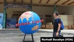 Sebuah bola dunia di pusat kota Yogya yang menjadi bagian dari kampanye mewaspadai corona. (Foto:VOA/Nurhadi Sucahyo)