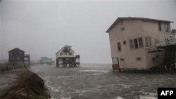 Kuzey Carolina'nın Nags Head kentinde kıyıda kasırgaya terk edilmiş tatil evleri