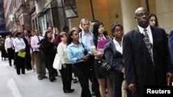 求職者排隊進入紐約一個就業招聘會 (資料照片)