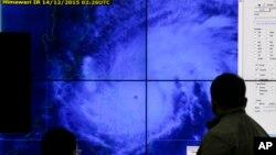 Тайфун Мелор над східною частиною Філіппін
