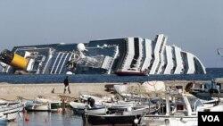 Kapal pesiar mewah Italia 'Costa Concordia' kandas beberapa ratus meter di lepas pantai Goglio, Tuscany, hari Jumat malam (13/1).