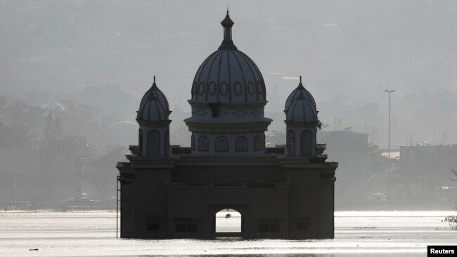 Masjid Apung di Palu, Sulawesi Tengah, terendam air setelah benca gempa dan tsunami melanda Sulawesi Tengah.