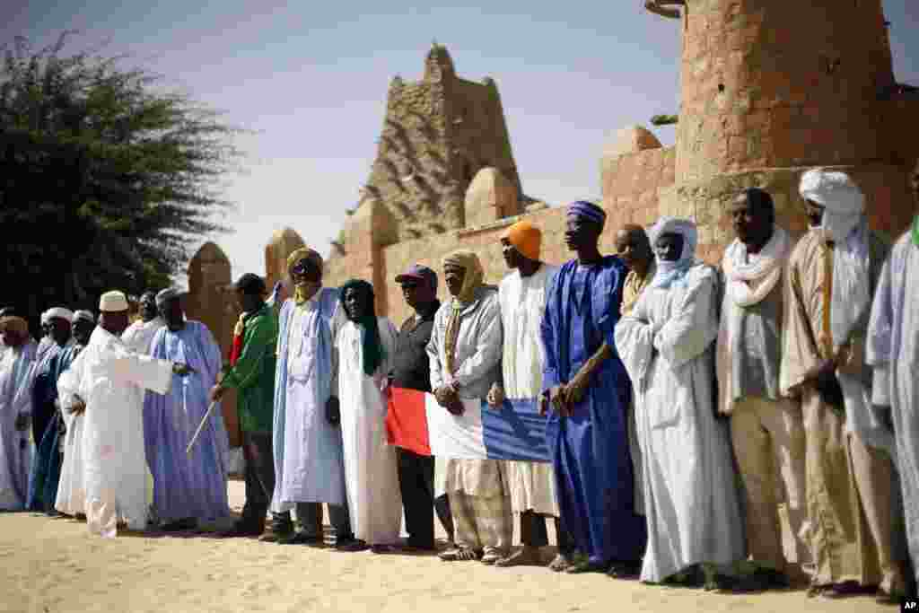 Elders gather with over two thousand well-wishers to greet French President Francois Hollande during his two-hour-long visit to Timbuktu, Mali, February 2, 2013.
