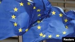ARHIVA - Zastave Evropske unije ispred sedišta u Briselu