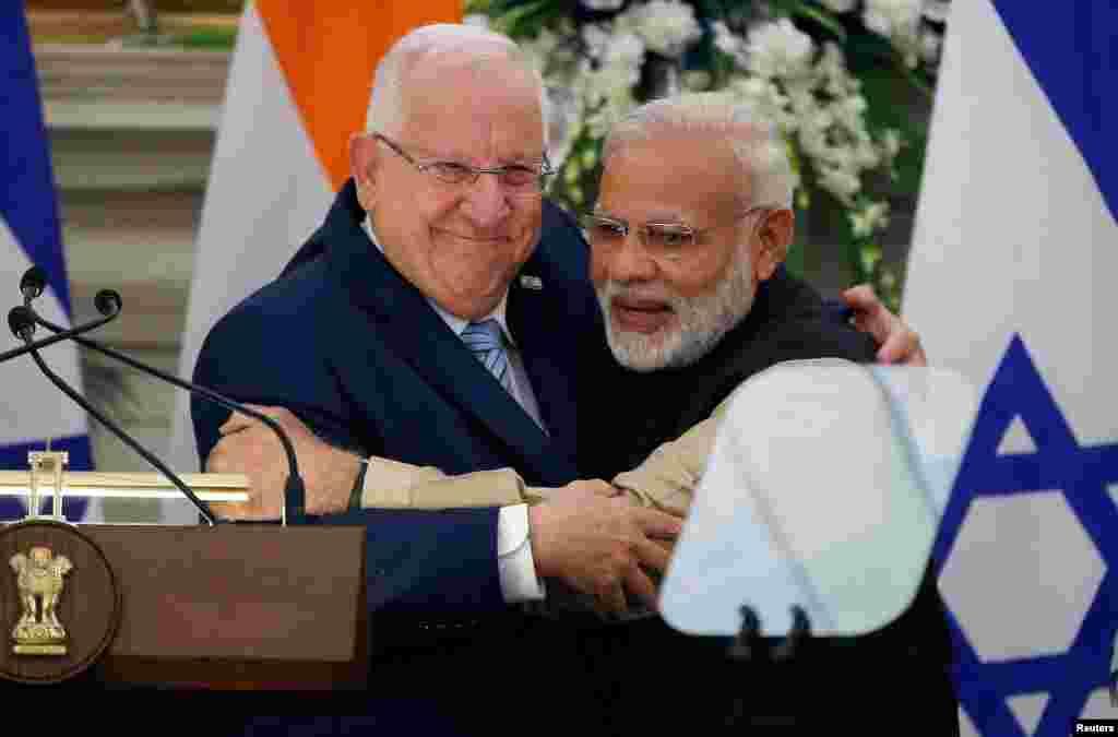 رووین ریولین، رئیس جمهوری اسرائیل، و نارندرا مودی، نخست وزیر هند، بعد از کنفرانس مطبوعاتی مشترکشان در دهلی نو یکدیگر را بغل کردند.