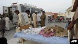 Người sống sót được đưa lên xe cấp cứu ở quận Arawan, ngày 28 tháng 9, 2013.