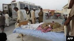 Rođaci prebacuju povređene u zemljotresu u ambulantna kola u Avaranu, na severozapadu Pakistana