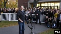 Esta es la primera visita oficial de Mark Zuckerberg desde que abandonó la prestigiosa Universidad de Harvard en 2004.