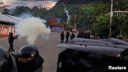 Polisi anti hura-hara menembakkan gas air mata untuk membubarkan demonstrasi di Jayapura, Papua hari Kamis (29/8).