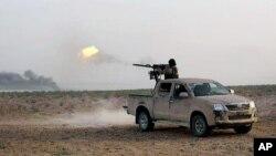 Một chiến binh Nhà nước Hồi giáo đang chiến đấu chống lại lực lượng chính phủ tại khu vực nằm giữa Homs và Palmyra hôm 20/5.