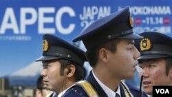 Polisi Jepang melakukan pengamanan pertemuan tingkat Menteri APEC di Yokohama, Jepang.