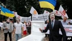 Ukraynada anti-korrupsiya fəalları parlament önündə yürüş keçirir. 15 iyun 2015