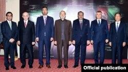 کانفرنس میں شریک اسپیکرز کا پاکستانی صدر ممنون حسین کے ساتھ گروپ فوٹو