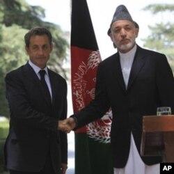 Le président afghan Hamid Karzai et son homologue français, Nicolas Sarkozy, à Kaboul le 12 juillet 2011