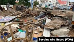 Des tas d'ordures ornent le rond-point sacré cœur à Dakar, le 19 août 2019. (VOA/Seydina Aba Gueye)