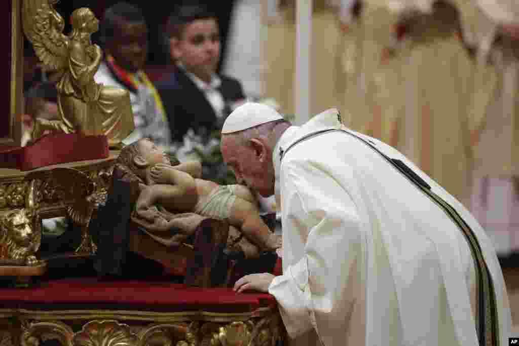 សម្តេចប៉ាប Francis ថើបរូបសំណាកព្រះយេស៊ូខណៈដែលលោកកំពុងប្រារព្ធថ្ងៃបុណ្យគ្រឹស្តស្មាសក្នុងព្រះវិហារ St. Peteទីក្រុង Basilica បុរីវ៉ាទីកង់កាលពីថ្ងៃទី២៤ ខែធ្នូ ឆ្នាំ២០១៩។