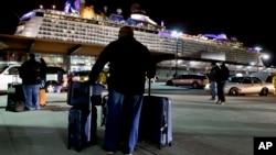 """""""皇家加勒比""""的""""海洋赞歌号""""游轮在新泽西州的巴约讷市港口(2016年2月10日资料照片)"""