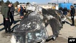 지난주 이란 테헤란에서 발생한 우크라이나 여객기 사고 현장에서 11일 조사관들이 수사를 하고 있다.