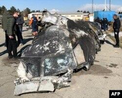 이란 테헤란에서 발생한 우크라이나 여객기 추락 현장 주변에서 지난 11일 조사관들이 잔해를 살펴보고 있다.