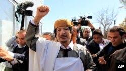Le leader libyen Mouammar Kadhafi s'offre un bain de foule avant de faire un discours à Tripoli, tentant à désamorcer les tensions après plus de 10 jours de manifestations en Libye.