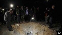Un cratère causé, selon le gouvernement libyen, par les frappes aériennes de l'OTAN à Triplo
