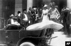 Эрцгерцог Австрии Франц-Фердинанд и его жена Софи, за несколько минут до убийства. Сараево. 28 июня 1914 года