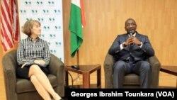 Le Premier ministre ivoirien, Amadou Gon Coulibaly, et la chargée d'affaires de l'ambassade des Etats-Unis, Katherine Brucker à Abidjan, le 30 octobre 2017. (VOA/Georges Ibrahim Tounkara)