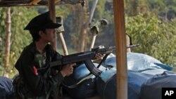 Một binh sĩ Kachin ở tuyến đầu, đối mặt với quân đội chính phủ Miến Điện.