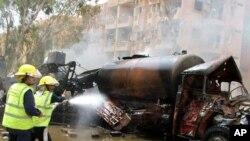 19일 데이르 에조르 지역에서 발생한 차량 폭탄테러 현장에서 트럭에 난 불을 끄고있는 소방관들