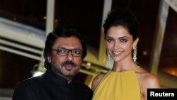 سنجی لییلا بهانسلی (چپ) اتهامات تحریف داستان فلم پدماواتی را رد کرده است.