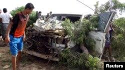 Warga memeriksa sebuah mobil yang rusak pasca ledakan bom mobil di kota Aden, Yaman selatan, Selasa (5/1).