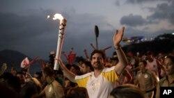 2일 브라질 리우 주에서 리우데자네이루 올림픽 개막식에 사용될 성화봉송이 진행되고 있다.