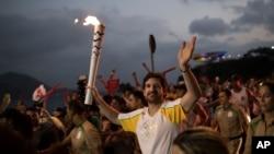 Atlet Leonardo Espindola membawa obor olimpiade ke Rio de Janeiro (2/8).