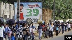 Cư dân quận Abobo chạy lánh nạn vì phe ủng hộ 2 ông Gbagbo và Ouattara đã đụng độ nhau trên đường phố
