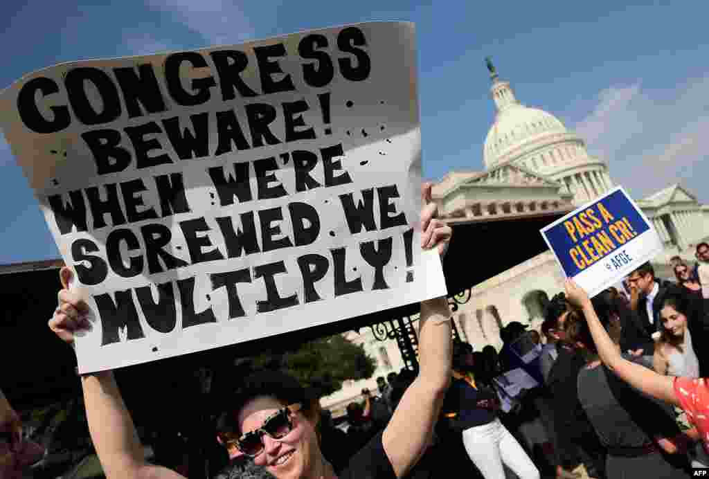Nhân viên liên bang bị cho nghỉ việc biểu tình phản đối bên ngoài Trụ sở Quốc hội Mỹ, yêu cầu chấm dứt việc đóng cửa chính phủ, ngày 4/10/2013.