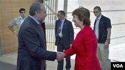Menteri Luar Negeri Israel, Avigdor Lieberman (kiri) menyambut kedatangan delegasi Uni Eropa yang dipimpin Catherine Ashton sebelum pertemuan di Yerusalem (14/9).