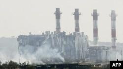 Khói bốc lên sau vụ nổ tại căn cứ Evangelos Florakis, 11/7/2011