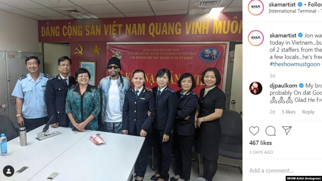 Rapper Lil Jon chụp ảnh cùng hải quan sân bay Tân Sơn Nhất sau khi bị tạm giữ. Ảnh: Instagram SKAM Artist.